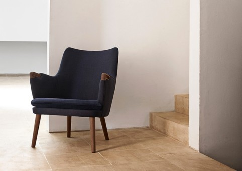 WEGNER LOUNGE CHAIR by Carl Hansen & Søn